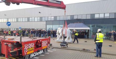 Elefanten kom til fabrikken på en fire-akslet kranbil